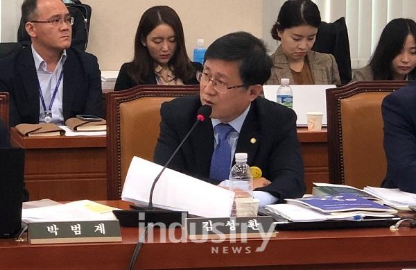 김성환 의원이 제3차 에너지기본계획 워킹그룹 보고서 초안에 발전분야에서 줄여야 할 온실가스 감축량 중 3,400만톤 가량이 반영되지 않은 것으로 나타났다고 밝혔다. [사진=김성환 의원실]